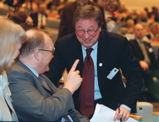 STOCKHOLM 021015 (ARKIV 000311) Näringsminister Björn Rosengren lämnar sina politiska uppdrag, uppger näringsdepartementet i ett pressmeddelande. Enligt pressmeddelandet säger Rosengren att han inte är beredd att avsätta ytterligare en hel fyraårsperiod med intensiv politisk verksamhet. Bilden: Björn Rosengren och statsminister Göran Persson i riksdagen i mars 2000. Foto: Bertil Ericson COPYRIGHT SCANPIX SWEDEN